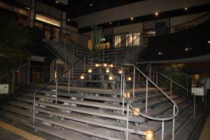Лестница, ведущая к различным заведениям