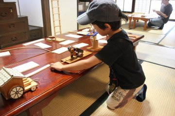 <p>Мальчик играет с игрушкой-пилильщиком</p>