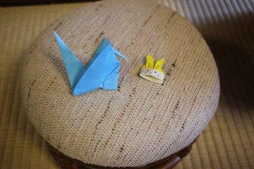 <p>Журавлик и зайчик оригами</p>
