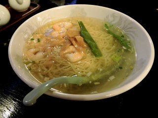 Shrimps and noodles in soup