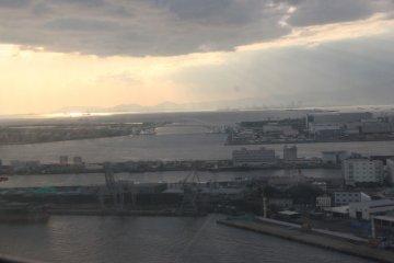 <p>Потрясающие облака с лучами солнца и горы вдалеке</p>