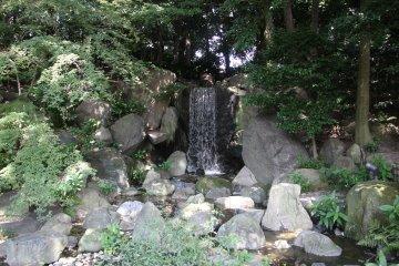 <p>Небольшой водопад</p>
