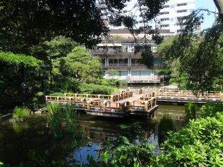 Une salle de spectacle et un café se dressent aux abords du jardin