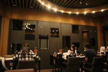 <p>Зеркала на стенах и красивое оформление освещения на потолке</p>