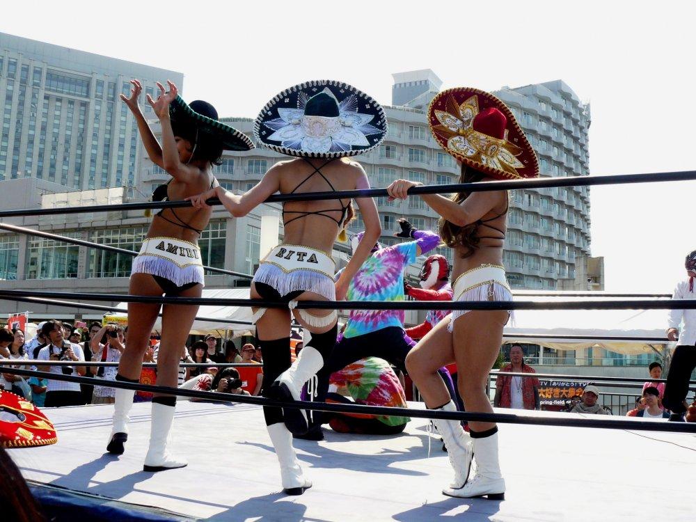 В то время как на ринге сражались бойцы в масках, девочки тоже развлекали зрителей