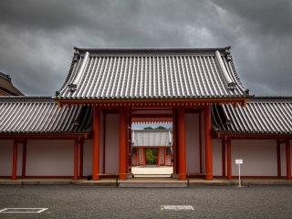 Ярко-красные ворота и штормовое небо