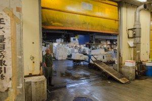 عامل قي سوق السمك