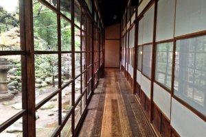 Kalau berjalan di koridor ini, seluruh bangunan akan bergetar.