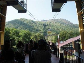 Para pengunjung menunggu dengan antusias kedatangan ropeway.
