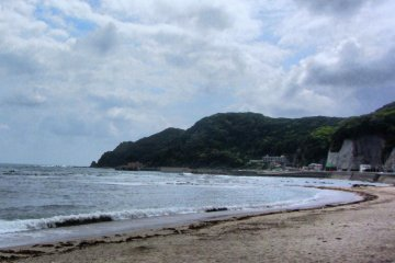 The beach at the foot of Uchiurayama Mountain