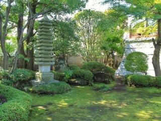 Klenteng batu di taman kuil