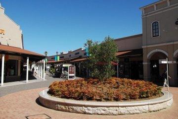 <p>Decorative landscaping along the arcades</p>