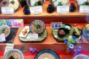 O Kineya serve pratos locais e de Osaka a um preço razoável e de uma forma fácil de comer, além de ter menus com imagens e amostras de plástico em japonês, inglês, chinês e coreano