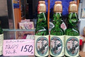 A cozinha local de Kishiwada inclui bebidas ramune com sabor a danjiri