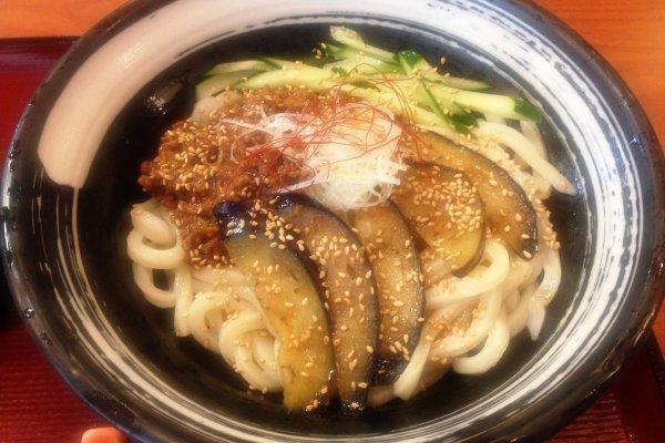 O Kineya celebra a cozinha do oeste e do sul do Japão, como por exemplo noodles de udon Sanuki feitos à mão, ou noodles com ameixa Kishu e alho-porro