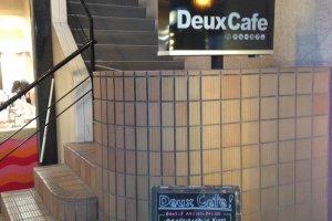 Tampak depan Deux Cafe, Anda akan menaiki tangga terlebih dahulu untuk masuk ke dalam restorannya.
