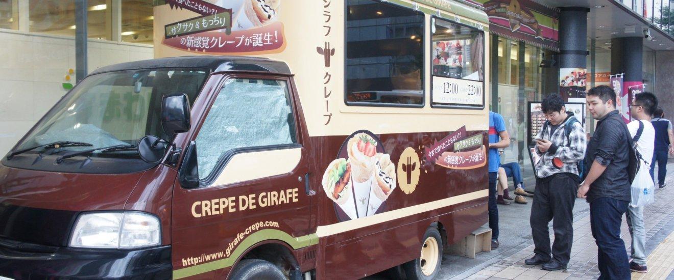 Truck dari Giraffe Crepe dengan antrean pelanggan.