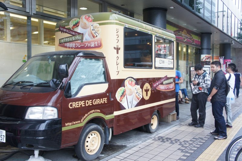 <p>The Giraffe Crepe food truck with a queue of eager&nbsp;costumers</p>