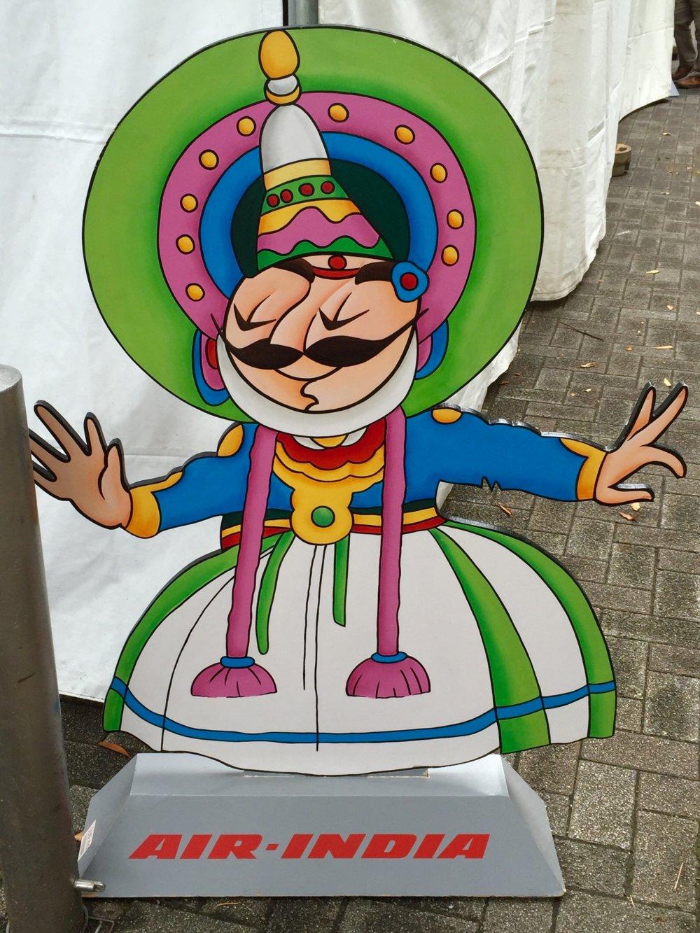 Симпатичный человечек с рекламой национального перевозчика Индии Air India