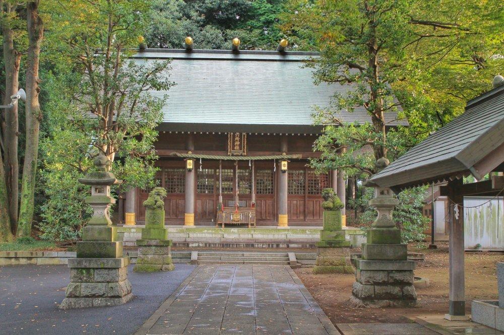 Rokusho Jinja enmarcado con dos perros de piedra
