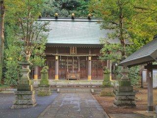 Rokusho Jinja được đóng khung với hai con chó bằng đá