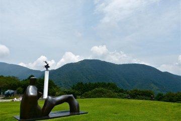 """雄伟的大自然中的雕刻:摩尔的""""仰座像"""""""
