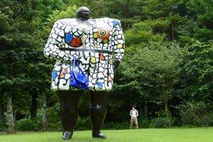 彫刻の向こうには、似たようなポーズの女性が! 『ミス・ブラック・パワー』 ニキ・ド・サン・ファール