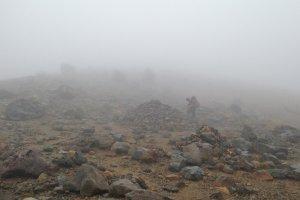 Seolah-olah gunung ini tak ada ujungnya karena tertutup kabut.