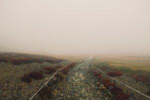 Jalanan trekking yang tertutup kabut.