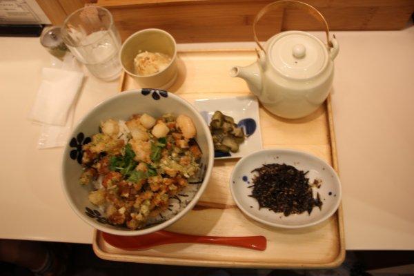 Большая порция риса в креветками, чайник с чаем, цукемоно в виде огурцов, тофу и водоросли
