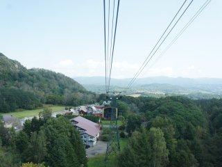 Untuk menikmati pemandangan di Usuzan, pertama-tama Anda akan dibawa naik dengan ropeway/cablecar.