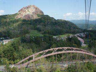 Pemandangan Showa-shinzan (gunung baru Showa) terlihat begitu memukau dari dalam ropeway.