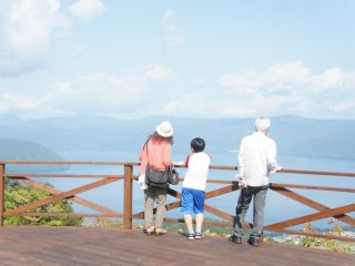Setibanya di atas, ada observation deck di mana Anda dapat melihat Danau Toya.
