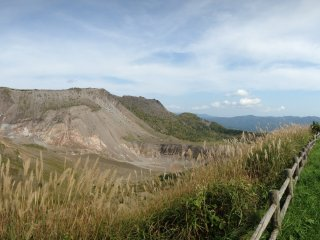 Kawah Usuzan dan jalur trekking.