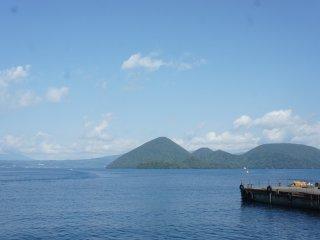 Pulau Nakajima terlihat jelas di seberang, seakan memanggil-manggil untuk minta dikunjungi.