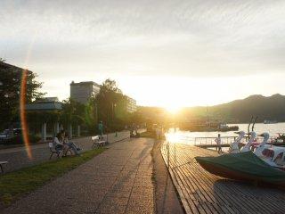 Di promenade ini, Anda juga akan menemukan pelabuhan tempat kapal-kapal berlabuh.