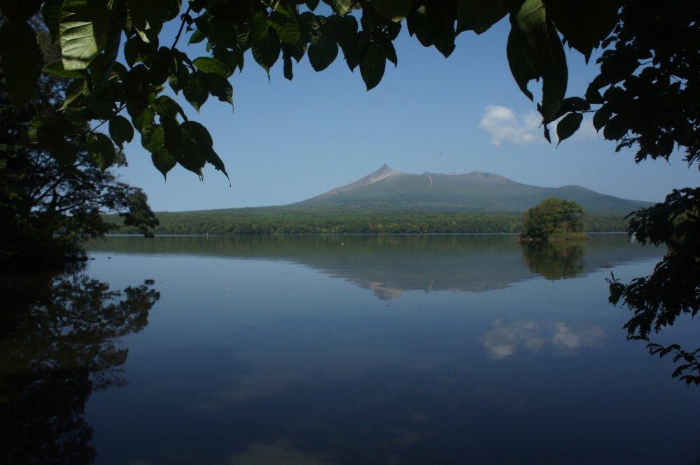Gunung Koma-ga-take terlihat di tengah danau Onuma.