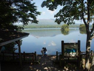 Setiap pengunjung yang bersepeda akan berhenti di tempat-tempat tertentu untuk mengabadikan keindahan Onuma.