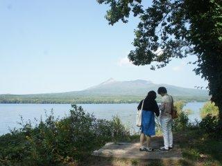 Nampak sepasang pengunjung yang sedang mengamati Onuma dan Koma-ga-take