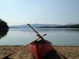 Selain bersepeda, Anda juga bisa berperahu di danau Onuma ini.