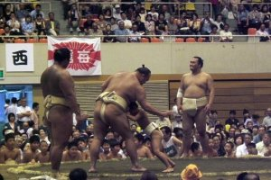 A sumo wrestler fights with a local kid (the last road-show 2007 in Matsumoto)