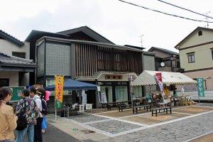 Museum Somo dan pusat informasi turis/tempat rehat. Tenda putih merupakan stan makanan yang menjual sup chanko (sup hangat berisikan ayam, sosis dan sayuran, yang dikonsumsi para pegulat sumo untuk mendapatkan bentuk tubuh raksasa). Stan ini juga punya yaki-dango, konyaku, omiyage buatan lokal
