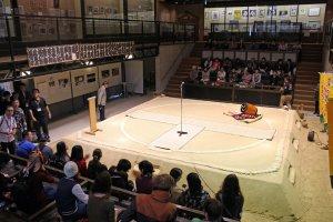 Arena pertarungan cukup kecil sehingga setiap orang berada cukup dekat dengan aksi sumo