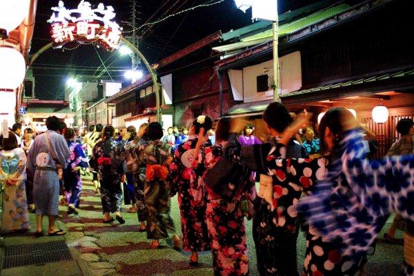 Festival dansa untuk rakyat asli Gujo-Hachiman