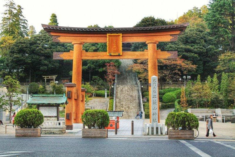 <p>The wooden gate of&nbsp;Utsunomiya Futaarayama Shrine</p>