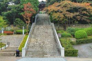 Cuối những bậc thang đá bạn có thể thấy cổng vào