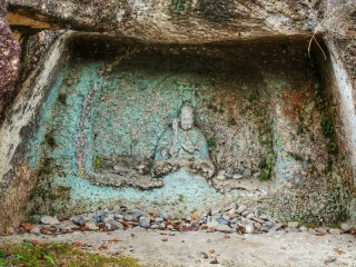 Во множестве пещер находятся каменные статуи Будд