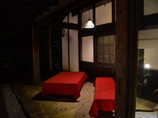 Like a tea house, long chairs covered with red cloth are set in front of the restaurant