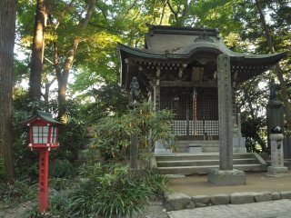 A small shrine right behind the main gate