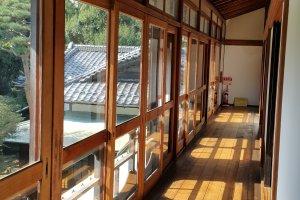 2층으로 올라가면 유리문을 끼고 있는 긴 복도가 있다.